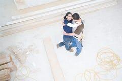 拥抱在他们新的家的夫妇 图库摄影