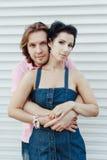 拥抱在轻的背景的夫妇 免版税库存图片