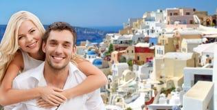 拥抱在santorini海岛的愉快的夫妇 免版税库存照片