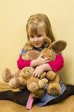 拥抱填充动物玩偶的小女孩 图库摄影