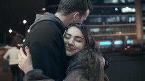 拥抱夜城市的街道的一个浪漫人一个美丽的少妇 股票视频
