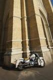 拥抱大教堂的摩托车 免版税库存照片