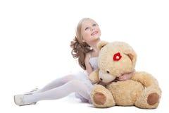 拥抱大玩具熊的美丽的小女孩 库存图片