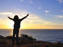 拥抱太阳的孩子 免版税图库摄影