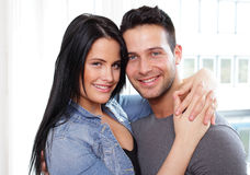 拥抱夫妇微笑 免版税库存照片