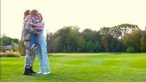 拥抱女儿和妻子的事假的战士 股票视频