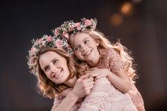 拥抱女儿和母亲花的在黑色缠绕 免版税图库摄影