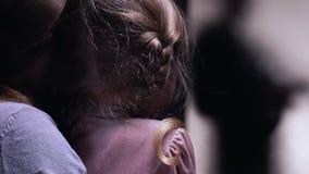 拥抱女儿的妇女被惊吓夜贼输入的门,家庭保障系统 股票视频