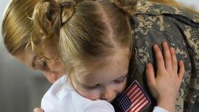 拥抱女兵特写镜头,儿童错过的母亲家庭分离的逗人喜爱的女孩 影视素材