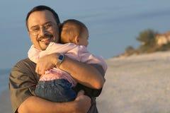 拥抱女婴的父亲 免版税库存照片
