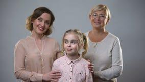 拥抱女孩、女性支持和关心,儿童养育家庭的母亲和老婆婆 股票录像