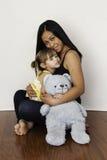 拥抱她三岁的女儿的亚裔母亲 免版税库存图片