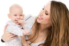 拥抱她可爱的小儿子的愉快的母亲 愉快的系列 在白色隔绝的母亲和婴儿画象 免版税图库摄影