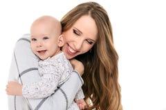 拥抱她可爱的小儿子的愉快的母亲 愉快的系列 母亲和婴儿画象 免版税库存照片
