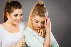 拥抱她哀伤的女性朋友的妇女 免版税库存图片