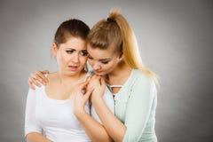 拥抱她哀伤的女性朋友的妇女 库存照片