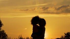 拥抱她期待已久的孩子,母性,幸福喜悦的爱恋的母亲  股票视频