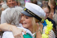 拥抱她毕业的女儿的骄傲的祖母 免版税库存图片