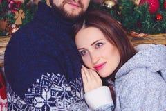 拥抱她的丈夫的微笑的妇女 免版税库存照片