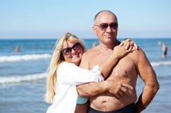 拥抱她的丈夫的资深妇女 免版税图库摄影