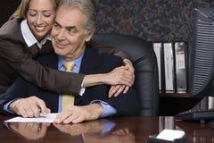拥抱她的上司的妇女 免版税库存照片