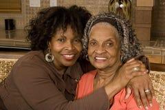 拥抱她的女儿的一名资深妇女的画象 免版税库存图片