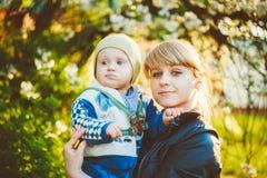 拥抱她的小儿子的少妇母亲 库存图片
