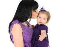 拥抱她的小女儿的母亲 免版税库存图片