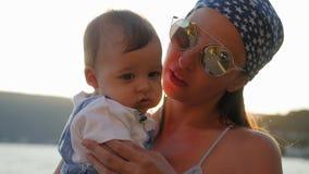 拥抱她的年轻儿子的母亲 股票录像
