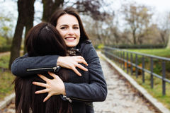 拥抱她的最好的朋友的女孩 免版税库存照片