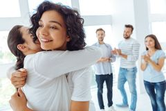 拥抱她的朋友的快乐的正面妇女 免版税库存照片