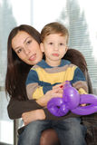 拥抱她的母亲儿子 免版税库存照片