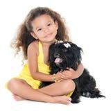 拥抱她的爱犬的小西班牙女孩 免版税图库摄影
