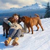 拥抱她的狗的妇女 免版税库存照片