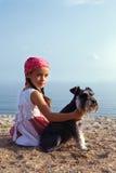 拥抱她的狗的小女孩 免版税图库摄影
