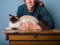 拥抱她的猫的少妇 免版税库存图片