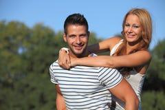 拥抱她的男朋友的少妇在公园 库存图片