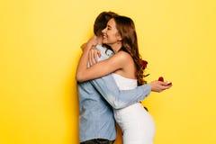 拥抱她的男朋友的激动的妇女在得到结婚提议以后 库存照片