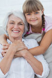 拥抱她的祖母的女孩 免版税图库摄影