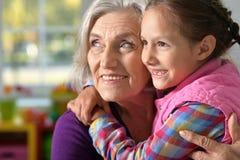 拥抱她的祖母的小女孩 免版税库存照片