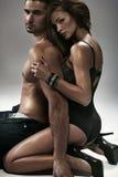 拥抱她的丈夫的性感的妇女 免版税库存照片
