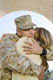 拥抱妇女的战士 库存照片