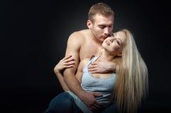 拥抱妇女的美丽的人 被隔绝的射击 免版税库存图片