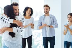 拥抱妇女的高兴快乐的人 免版税图库摄影