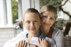 拥抱妈妈的女儿 库存图片