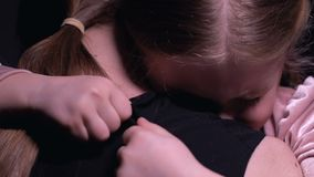 拥抱妈妈的女孩,被惊吓在恶梦、家庭支持、爱和关心以后 影视素材