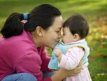 拥抱妈妈的婴孩 免版税图库摄影