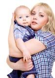 拥抱妈妈的婴孩 免版税库存图片
