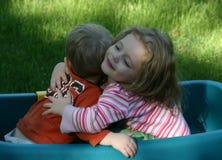 拥抱姐妹的兄弟 免版税库存照片