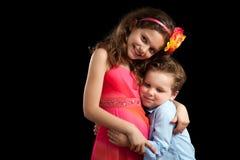 拥抱姐妹的兄弟 库存照片